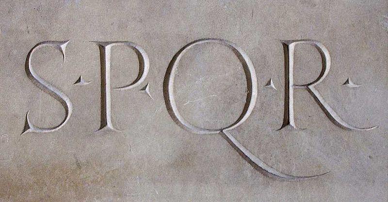 S.P.Q.R.: Senatus Populusque Romanus (Senat und Volk von Rom), das Hoheitszeichen der römischen Republik